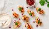 Crostini's met zoete aardappel, granaatappel en zonnebloemen spread