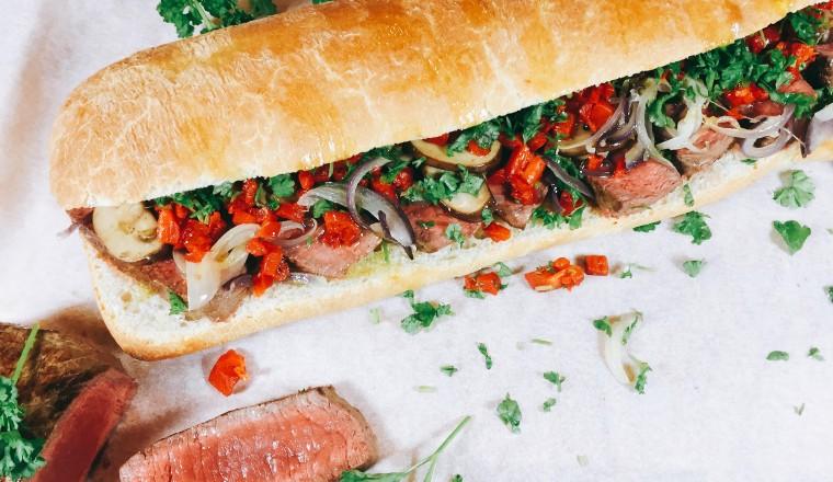 Broodje biefstuk met paprika en champignons