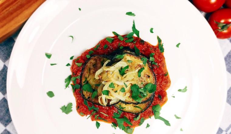 Iraans aubergine gerecht met tomaat en peterselie 1