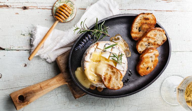 Camembert fondue met honing en toast recept