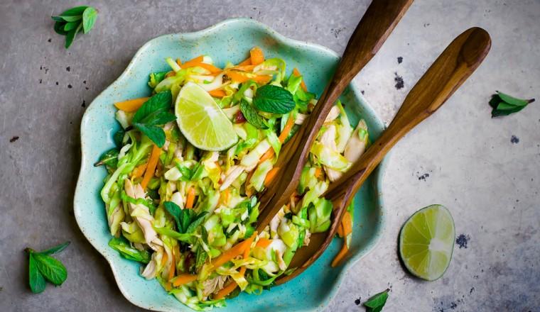 Vietnamese koolsalade met kip en een knoflook-sesam dressing recept