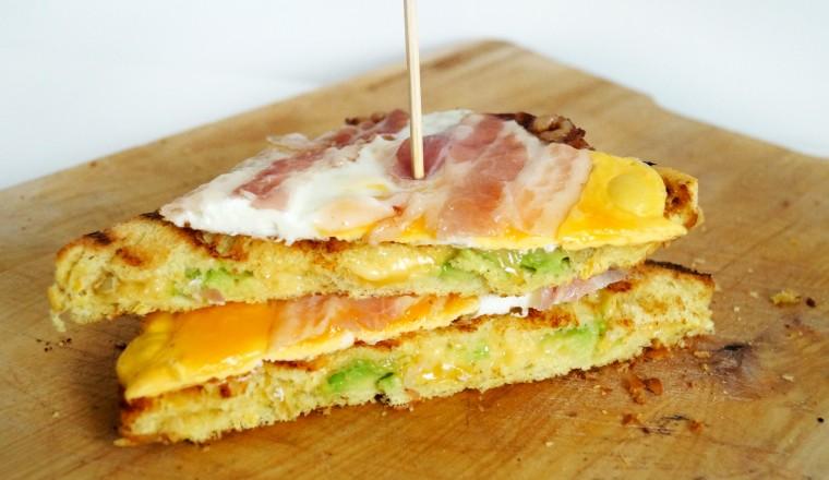 tosti_gebakken_ei_spek_kaas_avocado