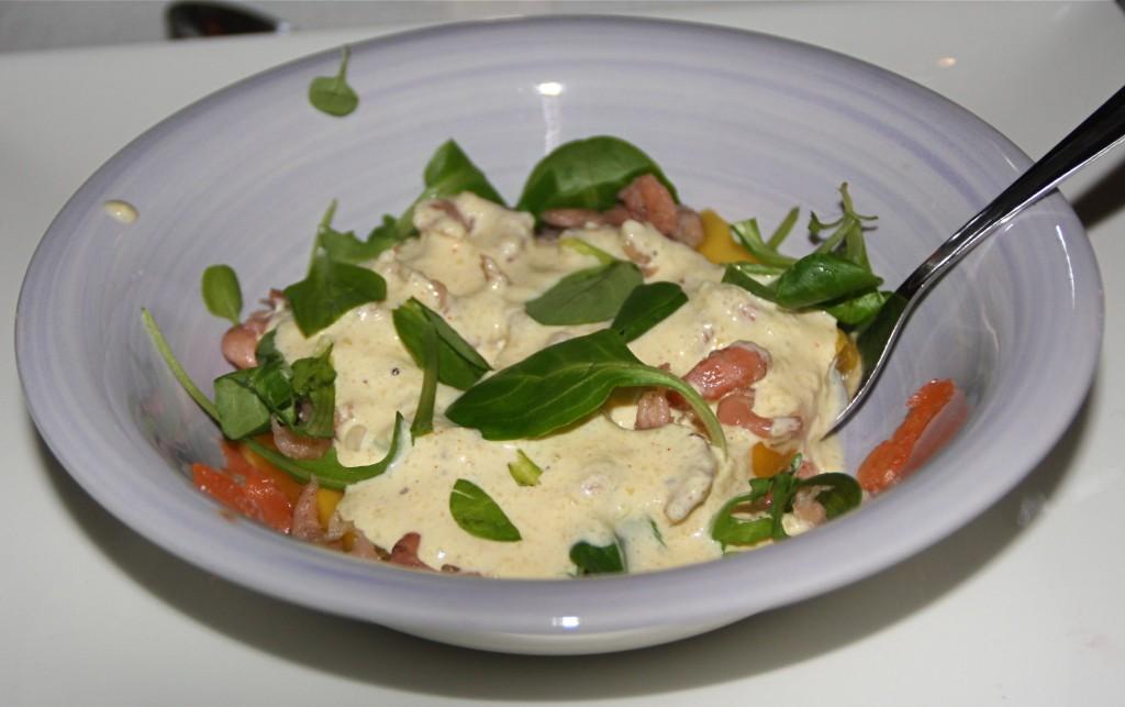 Het voorgerecht: salade met veldsla, zalm, gerookte garnalen, mango en een mango/mosterd-mayonaise dressing