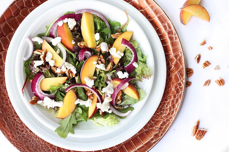 Lunchsalade met perzik en geitenkaas