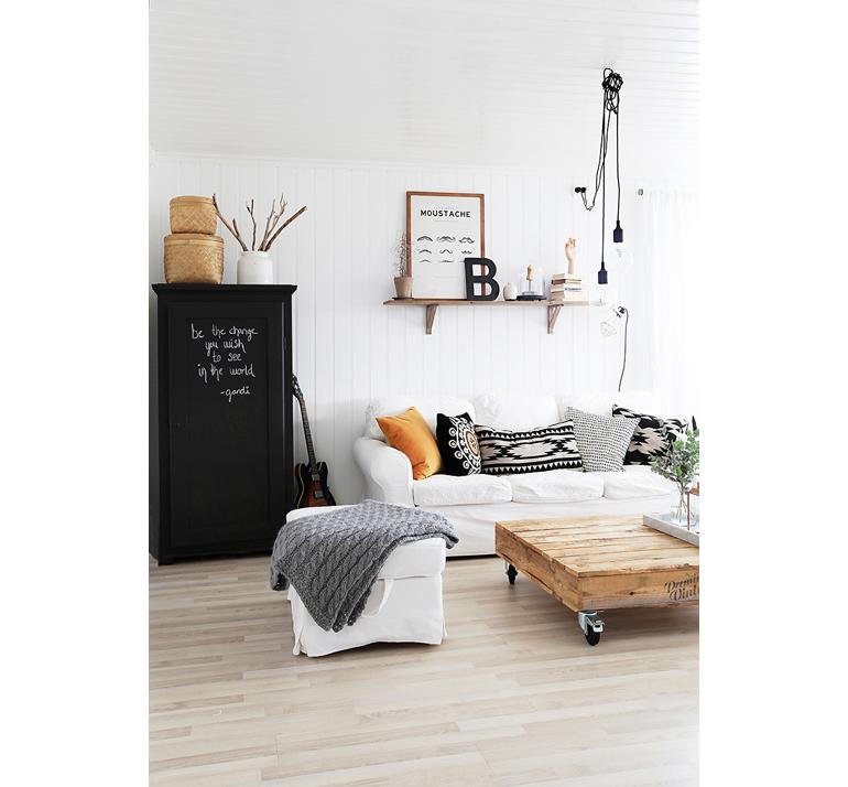 Noors huis vol zwart, wit, koper en beige   interior junkie