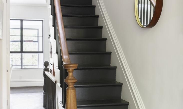 De hal/entree met zwart geverfde visgraatvloer en trap (in de kleur ...