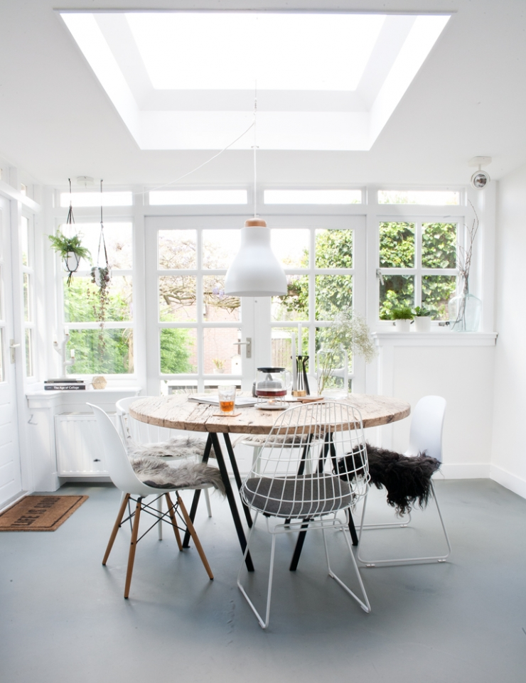 Binnenkijken bij fleur en nick in nijmegen interior junkie - Tafel en witte stoelen ...