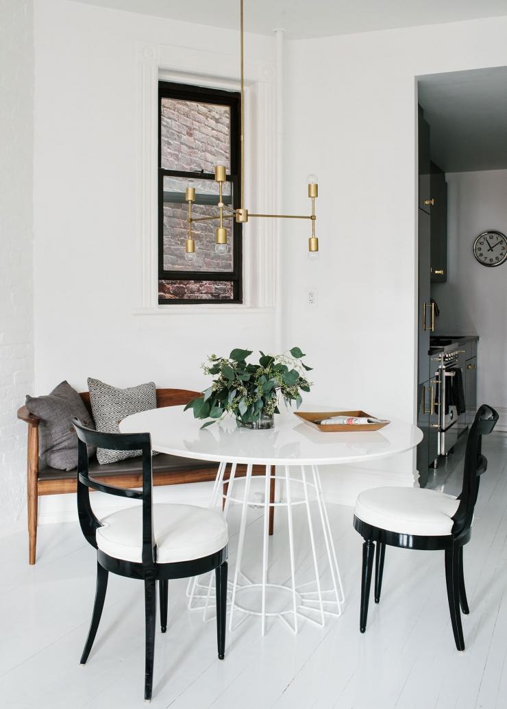 Vrijgezellenflat in brooklyn vol zwart, wit en goud   interior junkie