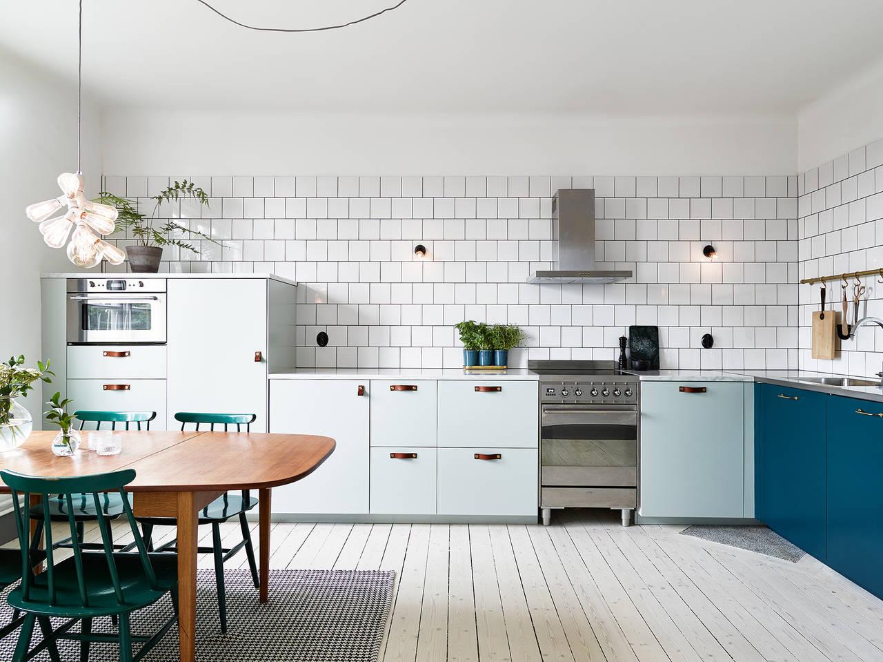 Huis met blauwe keuken als eyecatcher   interior junkie