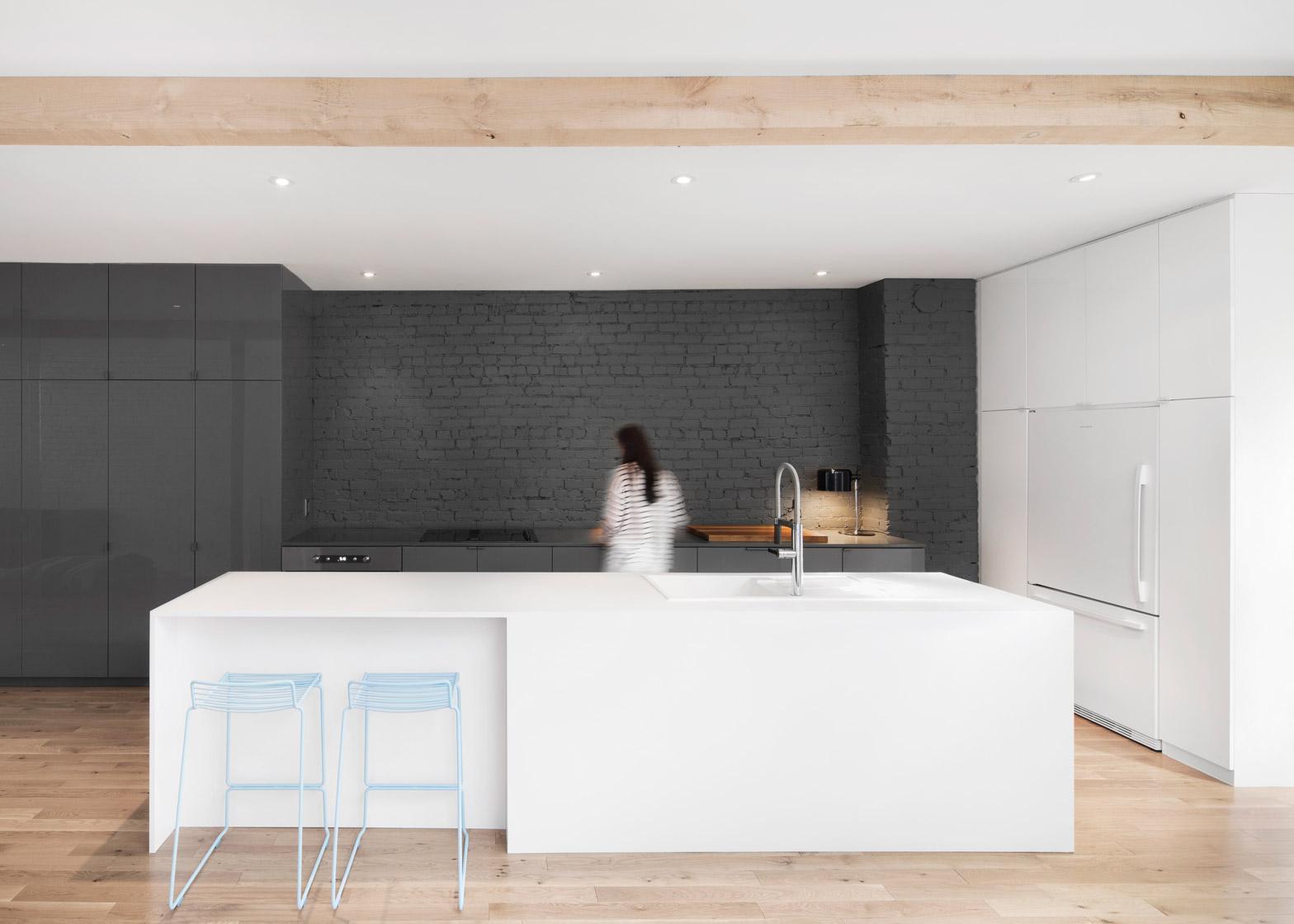 Lekker rauw: een bakstenen muur in huis   interior junkie