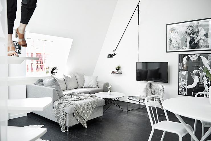 Donkere vloer witte meubels