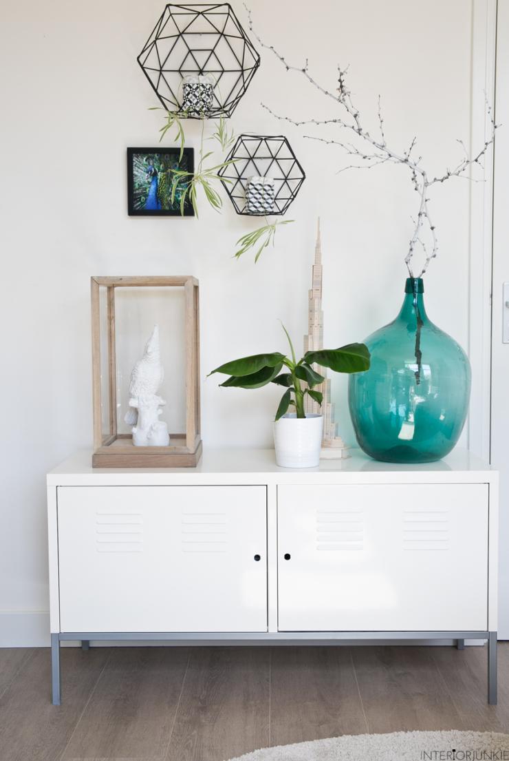 Het kabinetje is van IKEA. Erop een vitrinekast van Lifestyle, een ...: www.interiorjunkie.com/binnenkijken-bij-klaas-in-den-bosch