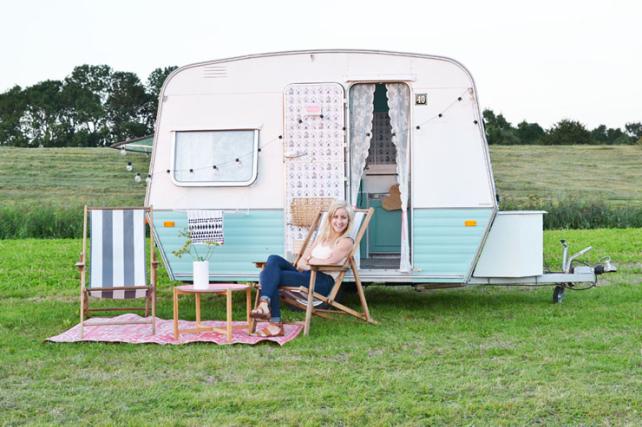 Binnenkijken in een minihuisje op wielen interior junkie - Caravan ingericht ...