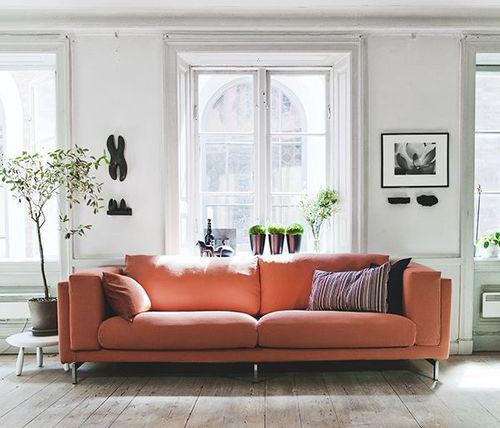 Spelen met een oranje herfstgloed in huis