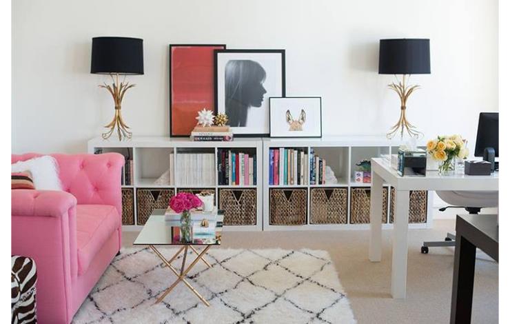 Kleur bekennen met een roze bank in huis