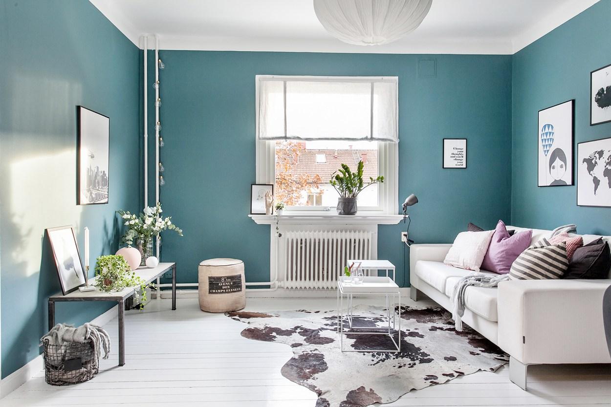 Binnenkijken in een huis met blauwe muren - INTERIOR JUNKIE