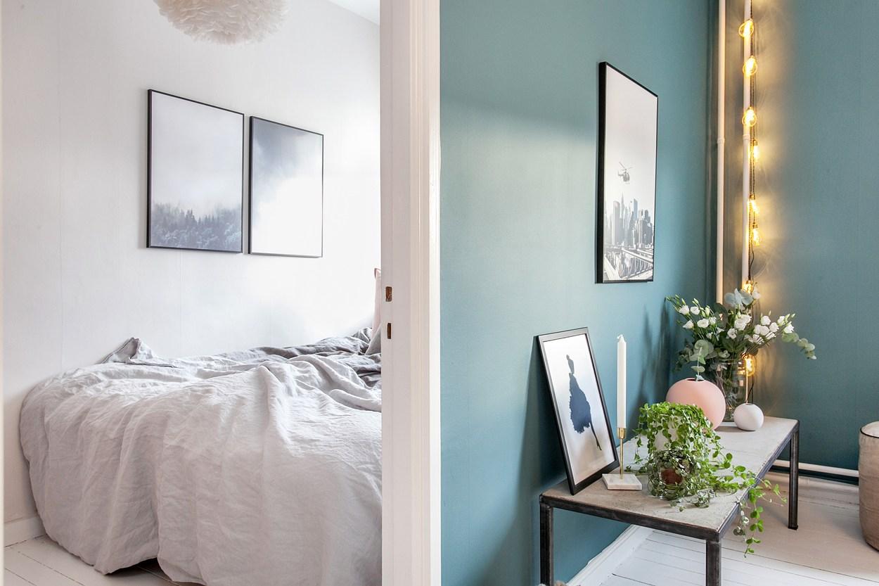 Binnenkijken in een huis met blauwe muren   interior junkie