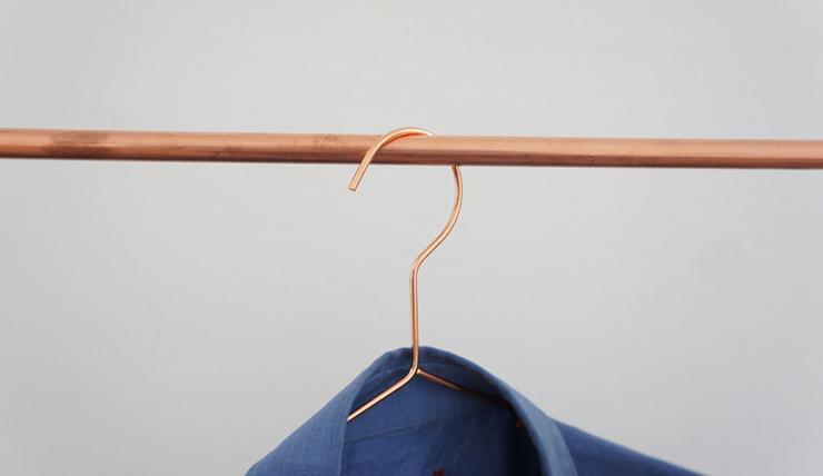 Woonvondst: koperen kledingrek - INTERIOR JUNKIE