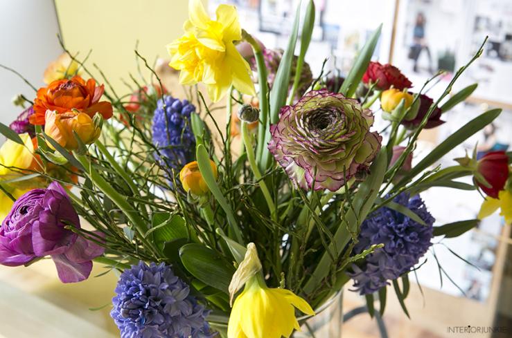Kleurrijk bosje bloemen op mijn thuiswerkplek