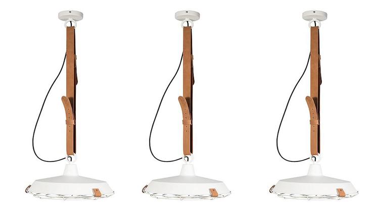 Hoe bijzonder is deze lamp bungelend aan een leren riem?!