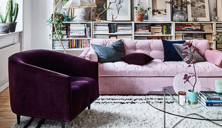 Thuis in een huis vol met fluwelen meubelstukken