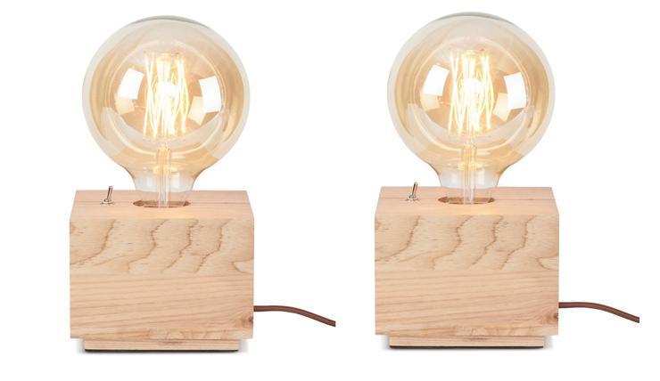Dit tafellampje zit vast in een houtsblok