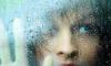 vrouw in regen stock