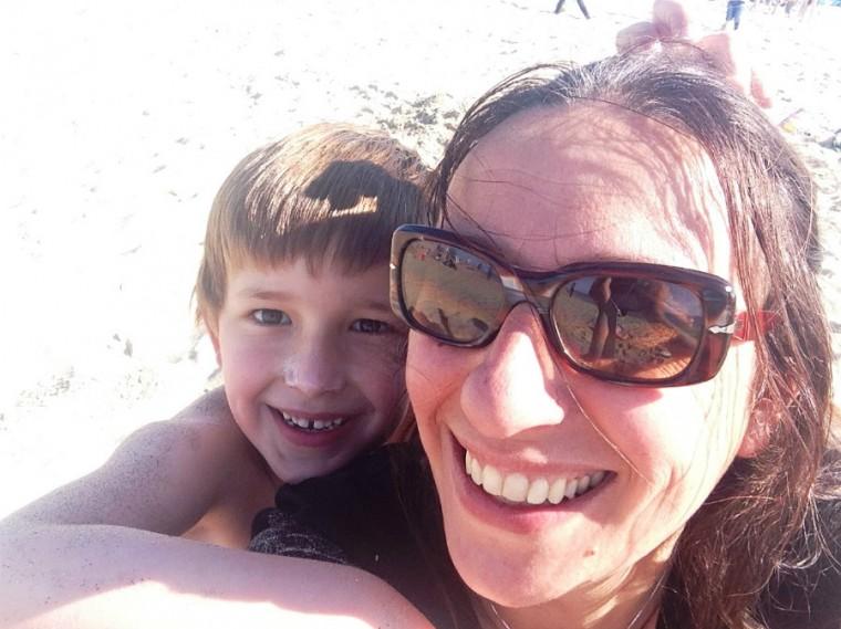ka en tom op het strand