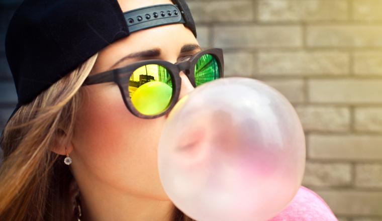 Wat gebeurt er met kauwgom als je het doorslikt? stock