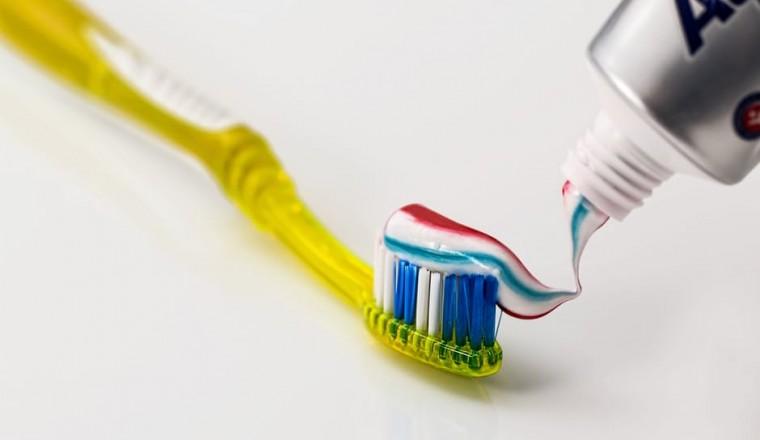 Maakt het uit met welke tandpasta je poetst? De tandarts geeft antwoord!