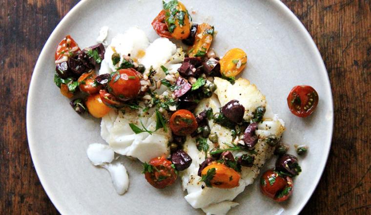 Kabeljauw met tomaat, kappertjes, olijven en knoflook recept