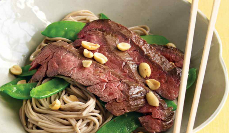 Noodles met biefstuk en sugarsnaps