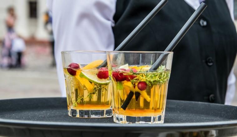 sinaasappel-cocktail-met-curacao-likeur-en-tijm