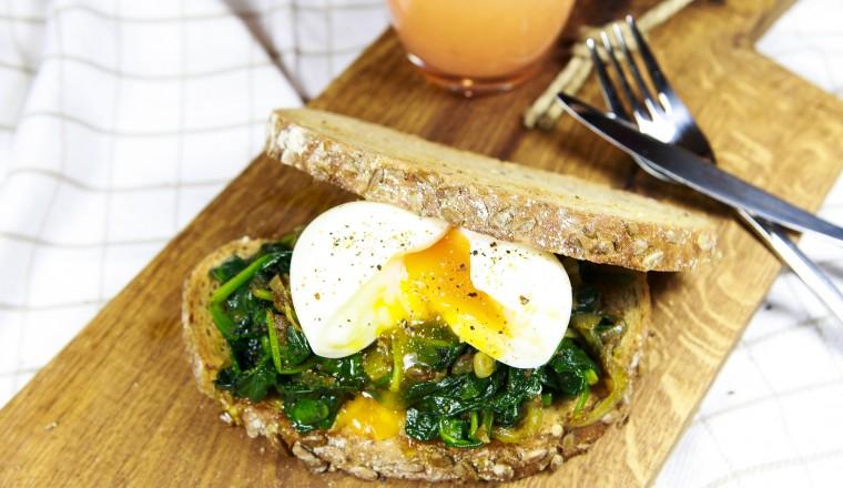 broodje-indiase-spinazie-met-een-zachtgekookt-ei
