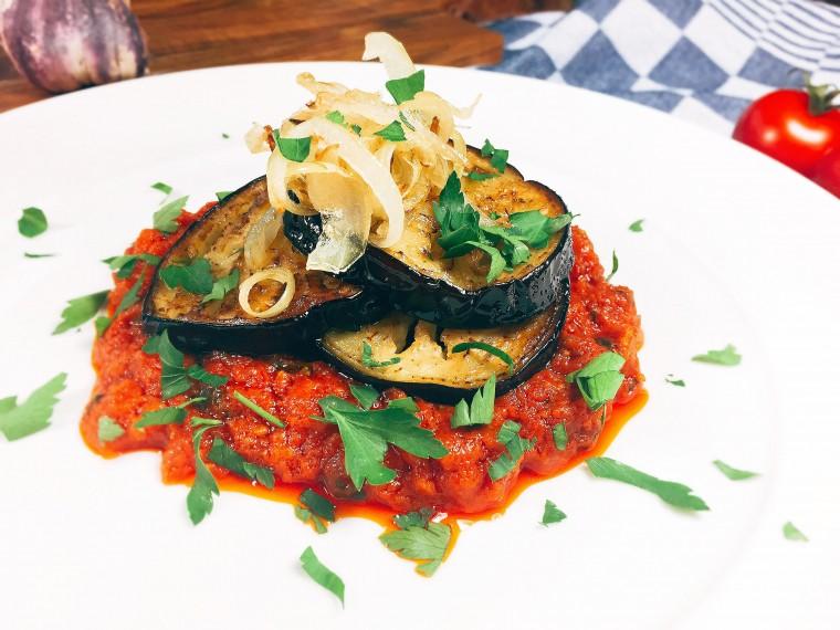 Iraans aubergine gerecht met tomaat en peterselie 2