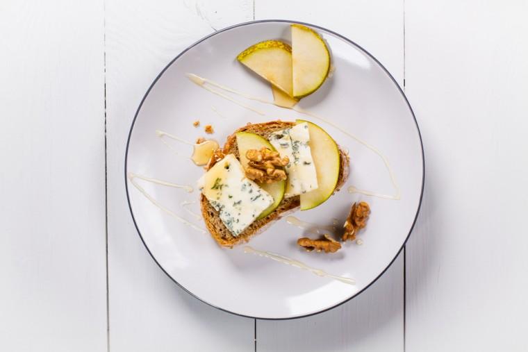 Broodje met blauwe kaas, peer, honing en walnoten recept