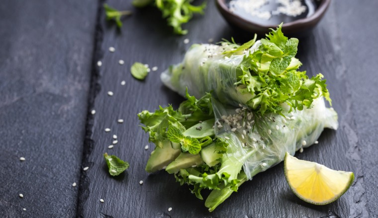 Springrolls met avocado, komkommer en frisée