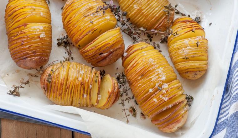 Hasselback aardappel met tijm, knofllook en zeezout recept