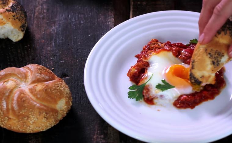 Gepocheerde eieren in pittige tomatensaus (Shakshuka)