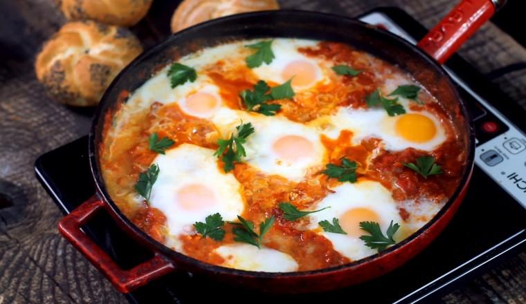 Gepocheerde eieren in pittige tomatensaus (Shakshuka) f