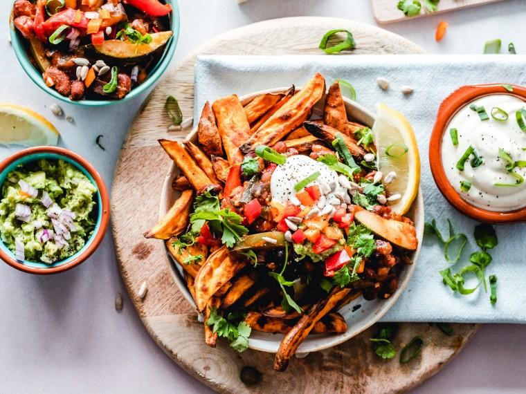 Zoete aardappelfrietjes met Mexicaanse topping