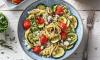 Linguine met geroosterde groenten en feta met groene kruiden, olijven en kappertjes