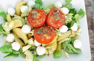 tomaten_oven_knoflook_aardappel_partjes_rozemarijn_vegetarisch_vega_veldsla_avocado_meat_free_monday