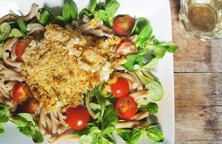 vis_koolvis_cuisine_in_italiaans_korstje_pasta_salade_speltpasta_veldsla_tomaat_brood_knapperige_vis_oven