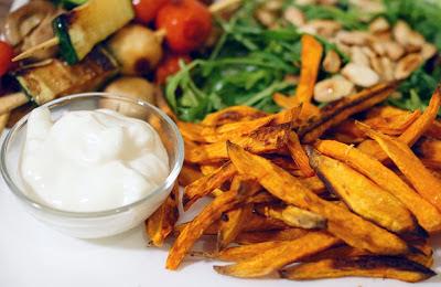 zoete2_aardappelfrites_rucola_amandel_gegrilde_groentes_tomaat_champignon_courgette