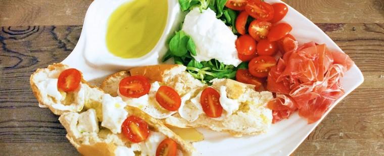 italiaans_plankje_mozzarella_tomaat_veldsla_tapas_olijfolie_stokbrood_bruc