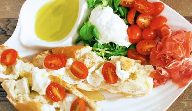 italiaanse hapjes | bruschetta met goeie mozzarella, tomaatjes en