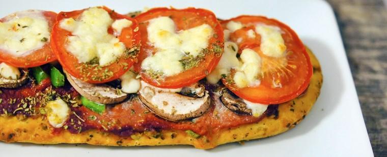 pizza_foccacia_tomaat_vega_oregano_paprika_champignons_tomatenpuree_mozzarella