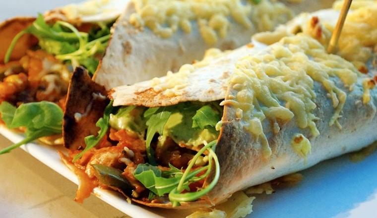 wraps_kip_tortilla_tomaat_paprika_rucola_mais_kaas_kruiden_enchilada_mexicaans_guacamole_zureroom_lekker