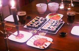 eb3f7b8f845 Aziatisch: Sushi bowl van zalm, avocado, komkommer, nori, sesam ...